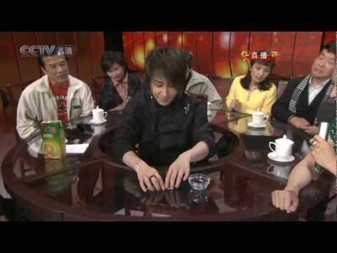 L'illusionista Liu Qian fa un numero con delle monete