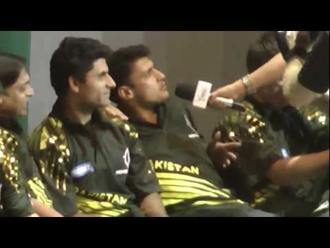 titans of cricket - Shoaib Akhtar gets the presenter to ask Abdul Razzaq a question when he wasn't ready and catches him off guard much to the amusement of the other Pak players.