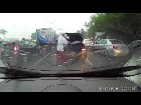 行車記錄器拍到一名男子冒著暴風雨突然下車打開後車廂,接下來…