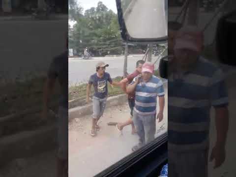 Thanh niên say rượu chạy xe máy ngược chiều được bác tài nhắc nhở còn quay lại hăm dọa, cầm gộc đập xe...