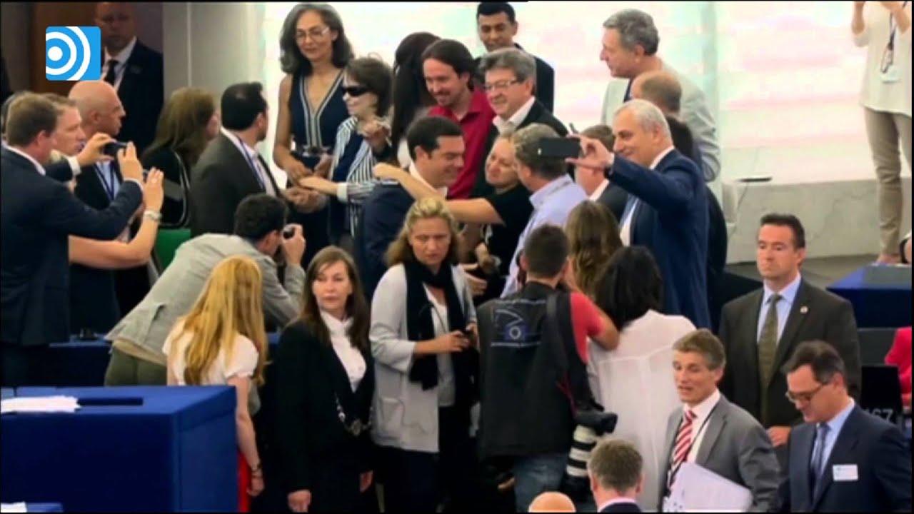 Alexis Tsipras le hace 'la cobra' a Pablo Iglesias en el Parlamento Europeo