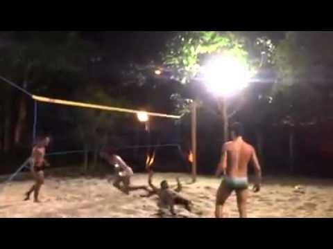 بالفيديو: شاهد مهارة رونالدنيهو في كرة الطائرة بالقدم