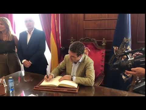Pablo Casado firma en el Libro de Oro de la Ciudad...