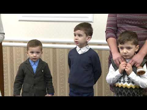 В Государственную резиденцию пришли с колядками десять детей с нарушениями слуха, которые получили кохлеарные импланты