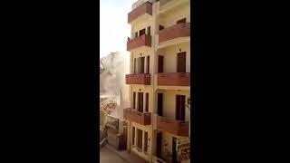 شاهد فيديو خطير نجاة المارة قبل سقوط عقار بلحظات