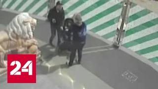 видео как мущина моется