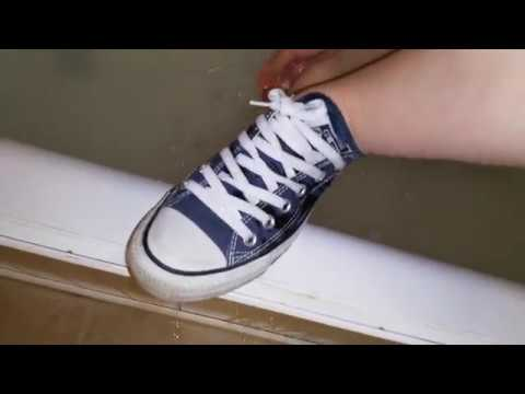 She is taking a soapy bath in Converse (видео)
