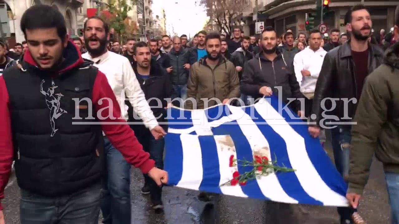 Φοιτητική πορεία με τη σημαία του Πολυτεχνείου
