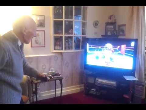 Ông cụ chơi game boxing
