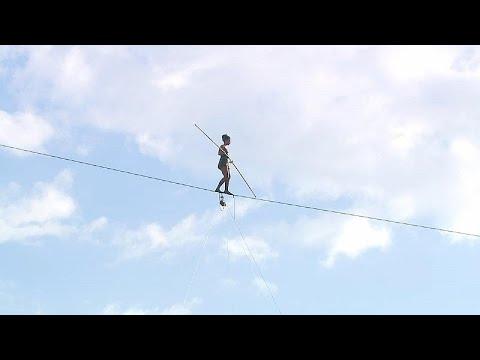 Τσεχία:Ισορροπία σε σχοινί πάνω από τον ποταμό Μολδάβα