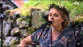 Færøyiske Eivør Pálsdóttir framfører sin egen sang «Tròdlabùndin» (fra albumet «Trøllabundin» 2005) på en utekonsert med...
