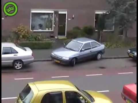 Mujer intenta estacionar en paralelo