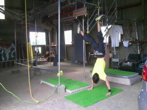 【上半身の爆発力を鍛えよう!】体幹&上半身の強化「倒立腕立て」
