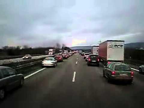 德國公路上演摩西過海?!千車讓道給消防車過!