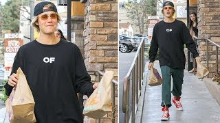 Download Video Justin Bieber Ducks Into The Taco Bell Ladies Room On His Way To Chris Brown's MP3 3GP MP4