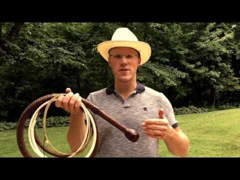Mies näyttää miten käytetään lähes 4 metristä karjapiiskaa
