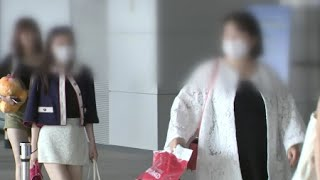 인플루엔자 바이러스의 활동성이 떨어지는 한여름이지만, 홍콩과 타이완에서 감기가 유행해 보건당국이 여행객들에게 주의를 당부했습니다.질병관리본부는 홍콩에선 지난 5월 시작된 인플루엔자가 최고조에 달해 지금까지 중환자실에 입원한 성인 환자 289명 가운데 199명이 숨졌다고 밝혔습니다.타이완에서도 환자가 증가해 중증 합병증이 동반한 인플루엔자 환자 수는 234명으로 이 중 22명이 목숨을 잃었습니다.보건당국은 홍콩과 타이완에서 유행하는 인플루엔자 바이러스는 국내에서도 발생하는 A형으로 여행할 땐 손 씻기 등 개인위생을 잘 지켜야 한다고 당부했습니다.또 입국 때 발열과 기침, 인후통 등 인플루엔자 의심 증상이 있으면 국립검역소에 신고하고 귀가 뒤 증상이 나타나면 의료기관에서 진료를 받아야 합니다.[YTN 사이언스 기사원문] http://www.ytnscience.co.kr/program/program_view.php?s_mcd=0082&s_hcd=&key=201707211131389615