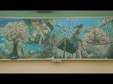 她們的黑板畫畫技強到連樂隊也邀請為音樂錄影帶作畫,最後完成的作品只能用「神」來形容!