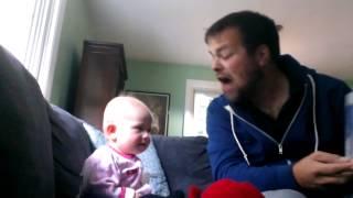 Rodzice zostawili dziecko pod opieką wujka! W pewnym momencie maluch wybucha głośnym śmiechem!