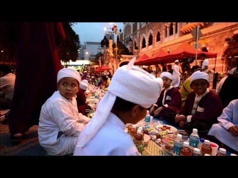 Ramadan: les fidèles malaisiens rompent le jeûne à Kuala Lumpur