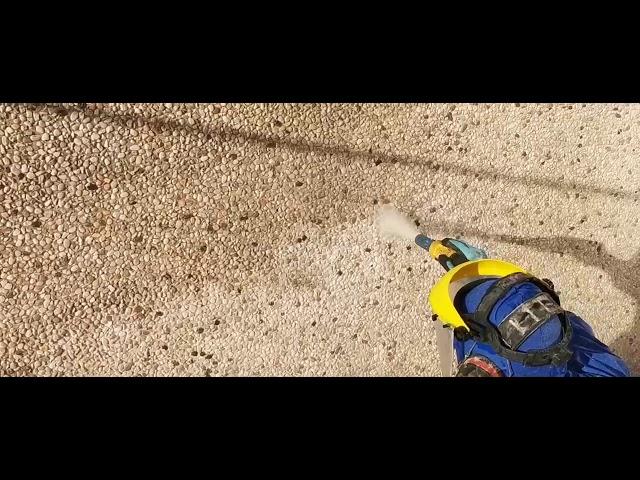 Soft nevel stralen van silex betonpanelen:   Menig bedrijfsgebouwen zijn afwerkt met silex beton panelen . De prefab betonpanelen zijn doorgaans voorzien van marmer, graniet en kwartskorrels tot allerhande kleuren , korrelgroottes en materialen .   Deze panelen , vormen vaak het visite kaartje van uw bedrijf , maar zorgen soms voor een doffe , niet verzorgde uitstraling . Stoomreiniging , hogedrukreiniging en chemisch reinigen boeken hier weinig tot geen resultaat . Comfort Cleaning hanteert hiervoor de techniek TORBO-stralen ook wel eens, soft nevel stralen , vochtstraaltechniek , rotatiestralen of wervelstralen genoemd .   #silexpanelen  #betonpanelen  #industriebouw  #torbostralen  #softnevelstralen  #gevelreiniging