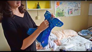 Trocando um bebê que usa fraldas de pano!