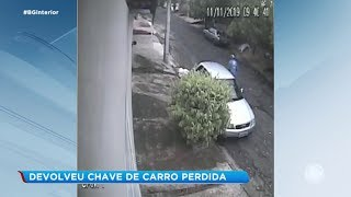 Homem devolve chave de carro perdida ao dono do veículo