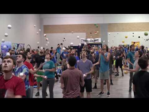 Kuka jaksaa pisimpään jonglöörata viidellä pallolla – Tiukka kisa!