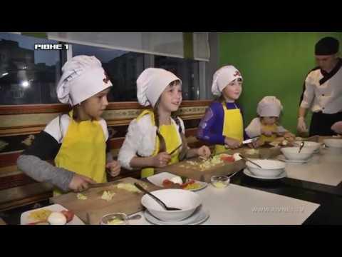 """Ароматні яблучні пиріжки та освіжаючий салат """"Краб"""" у 48 випуску програми """"Кумедні пекарі Рівне 1"""" [ВІДЕО]"""