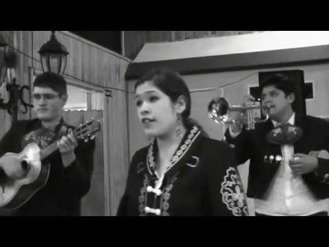 Una mariachi que canta a su 'Amor eterno'