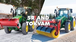 Video Tokvam Sweeper and sandspreader on John Deere 5R 2017 MP3, 3GP, MP4, WEBM, AVI, FLV November 2017