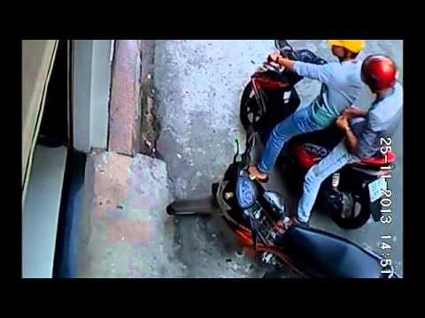 Hai thanh niên đi Air Blade trộm xe máy cực nhanh