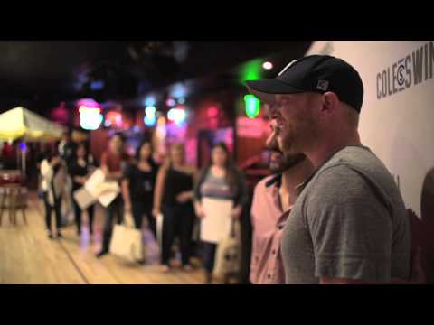 "Cole Swindell – ""Kiss"" (Live Video)"