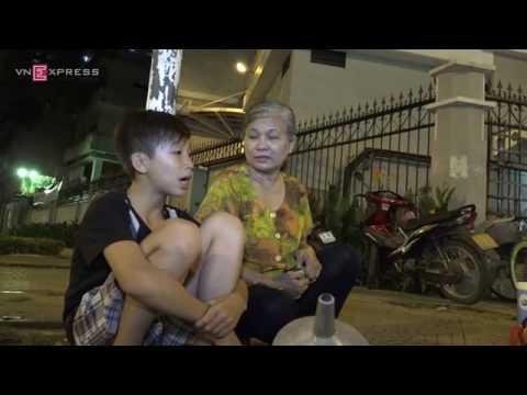 Cảnh đời bà cụ vá xe nuôi cháu ngoại ở Sài Gòn
