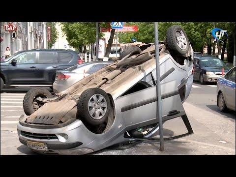 В центре Великого Новгорода перевернулся легковой автомобиль