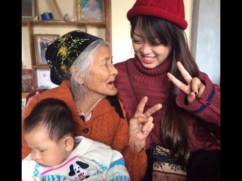 Bà ngoại 97 tuổi lấy quần lau mặt khi quay video xì tin cùng cháu gái