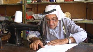 ابو فيصل الديرواي عينه الفنية تتمحور في ابرته وخيطه لينسج قمبازا جذوره فلسطينية