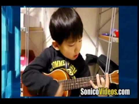 Niño tocando I'm Yours de Jason Mraz