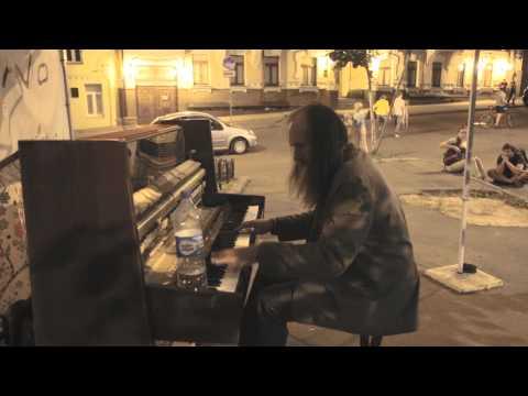 Huikea pianoesitys kadulla