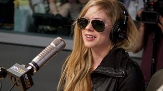 """Video Avril Lavigne Debuts """"Here's To Never Growing Up"""" PART 1 