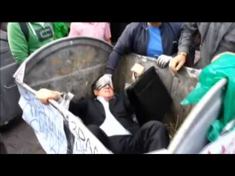Político ucraniano é jogado no lixo em frente ao Parlamento