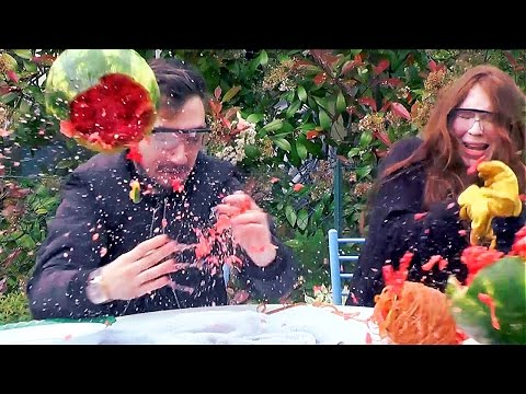 Video WATERMELON EXPLOSION CHALLENGE en Couple ! PASTÈQUE QUI EXPLOSE EN LIVE ! download in MP3, 3GP, MP4, WEBM, AVI, FLV January 2017