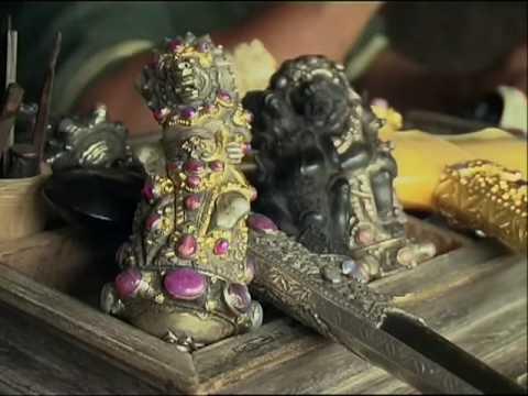 El Kris O Keris Es Una Daga Asimetrica Caracteristica De Indonesia A La Vez Arma Y Objeto Espiritual Se Suelen Atribuir Al Poderes Magicos