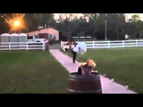 بالفيديو.. شاهد.. ماذا حدث لعروسين في ليلة زفافهما!!