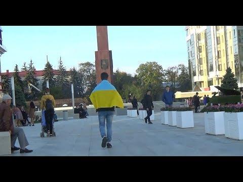 РЕАКЦИЯ НА УКРАИНСКИЙ ФЛАГ В РОССИИ (Социальный Эксперимент) - DomaVideo.Ru