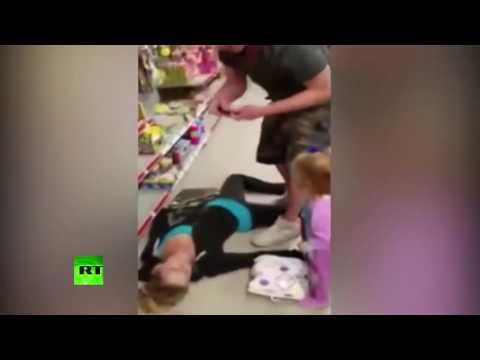 Para nagrała matkę i jej 2-letnią córeczkę w markecie. Ciężko patrzy się na to, co się tam działo…