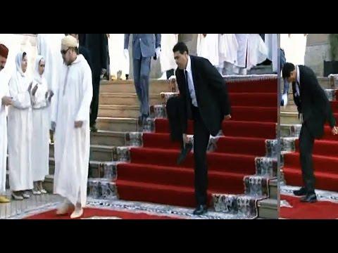 لقطة اليوم   حارس الملك محمد السادس يفقد حذاءه على المباشر
