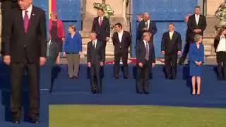 Trump mocno klepnął Tuska. Ten mu oddał :)