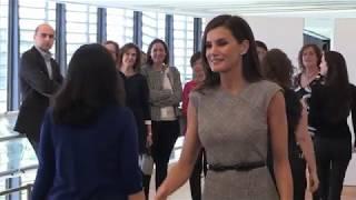 Su Majestad la Reina, con los funcionarios españoles en el Palacio de las Naciones de Ginebra