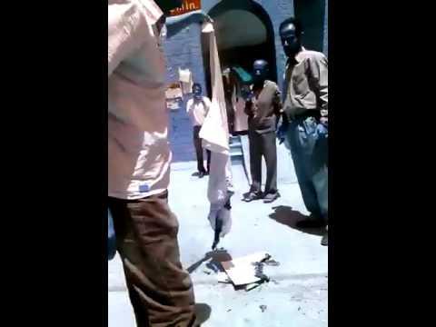 دكتورة بمستشفى الثورة في صنعاء تحرق البالطوه بعد وفاة ابنها الذي عجزت عن شراء علاجه بسبب فساد الحوثي